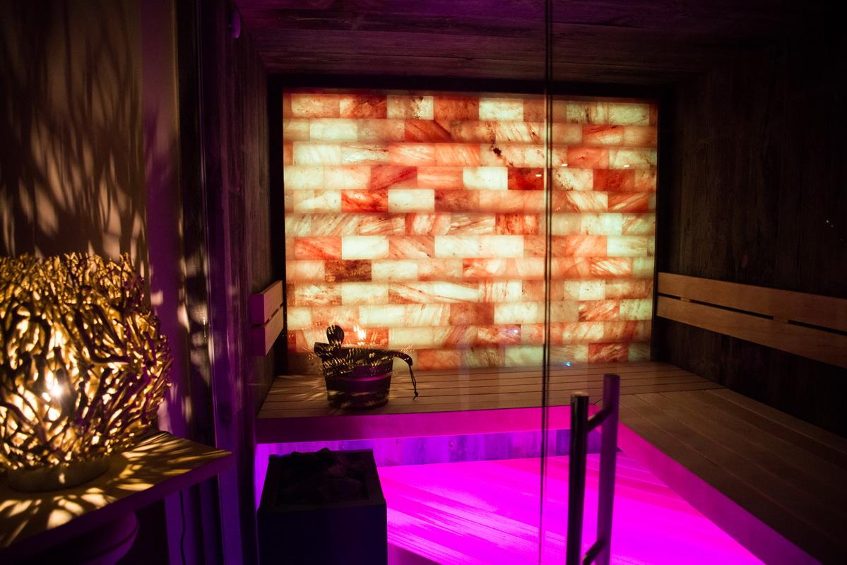 Topwellness sauna met zoutmuur